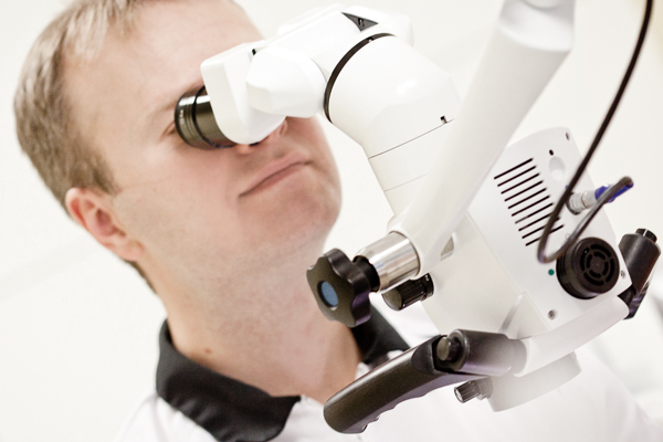 Dr. Timo Paberit mikroskoobiga